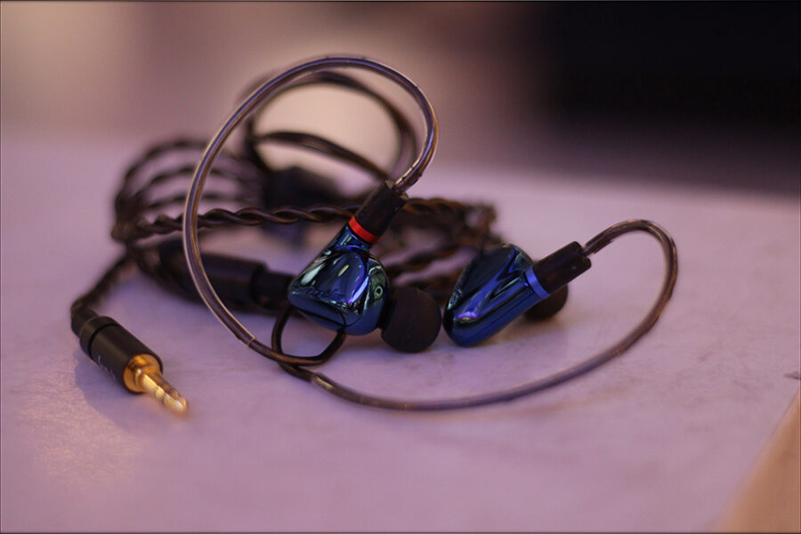 Hiby-Seeds-2-II-Entry-Level-Heavy-IEMs-Review-Audiophile-Heaven-19-900x600.jpg